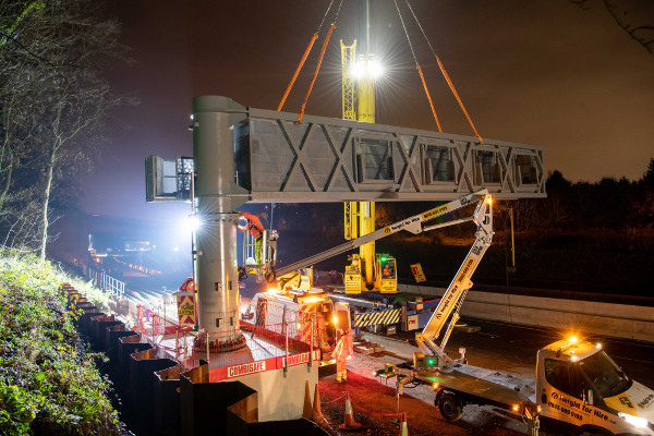 Keep on running: Kier goes contraflow for gantry installation image